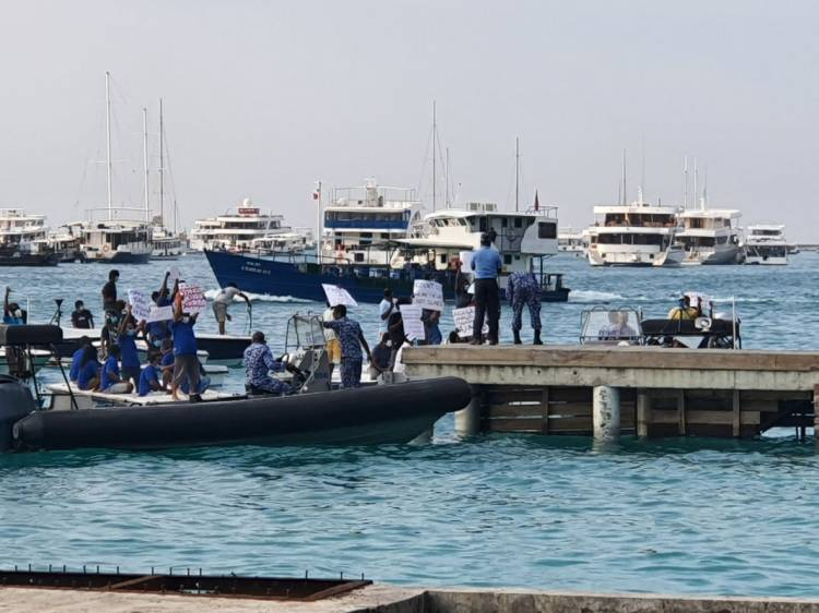 Covid-19: safari workers protest on dinghies near Hulhumalé